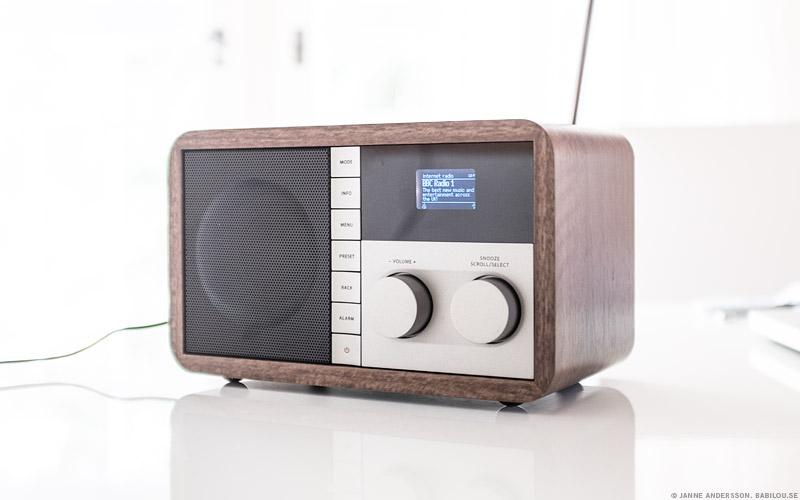 Babilou lyssnar på radio